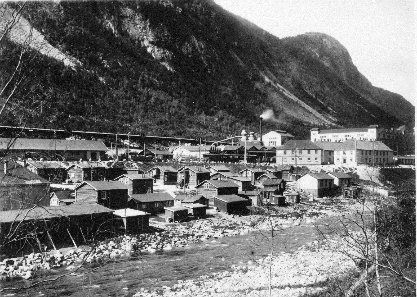 Gamlebyen. Hus av alle slag fra Såheim-gårdene og andre plasser ble første bodtedet til mange anleggsfolk. Husa ble revet på begynnelsen av 1930-tallet