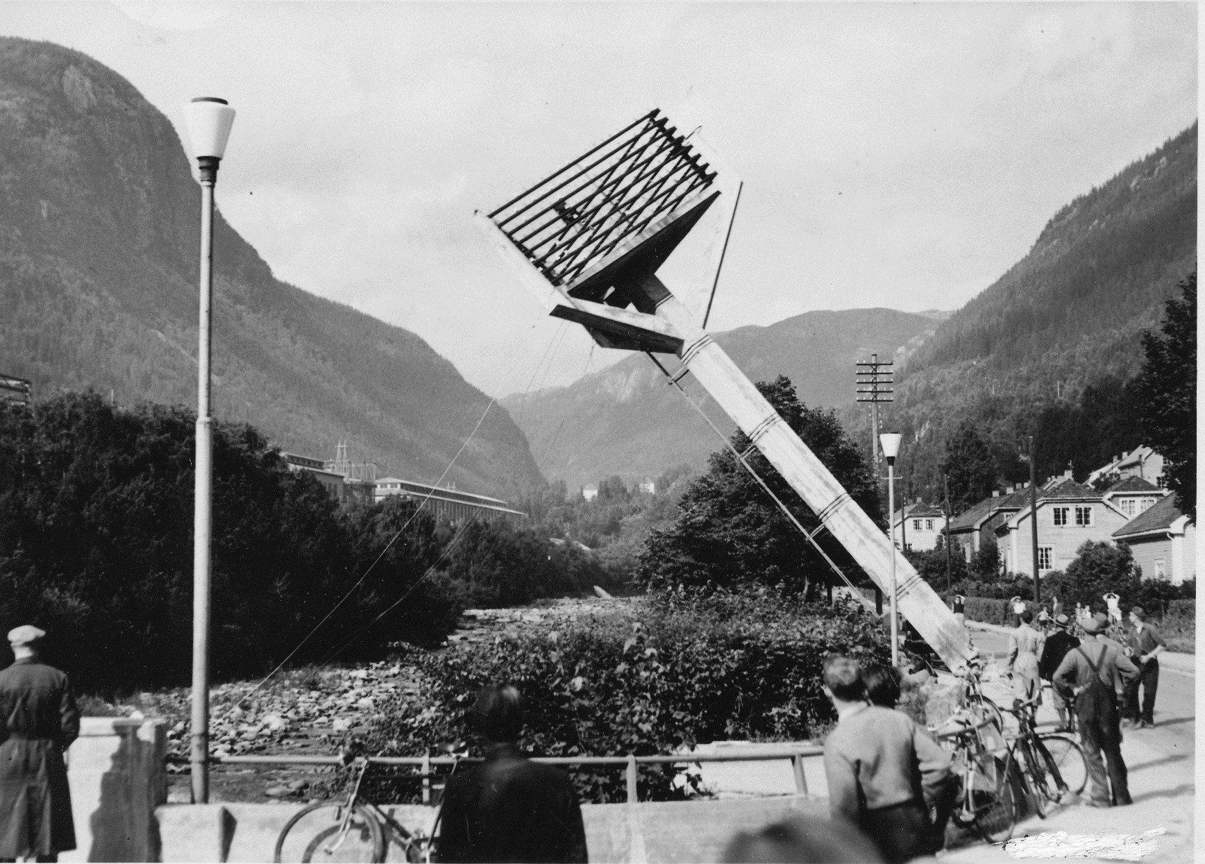 Kreugermast. Tre slike master ble satt opp på Rjukan. Ivar Kreuger var mannen bak disse,  han ble senere fengslet for bedrageri.