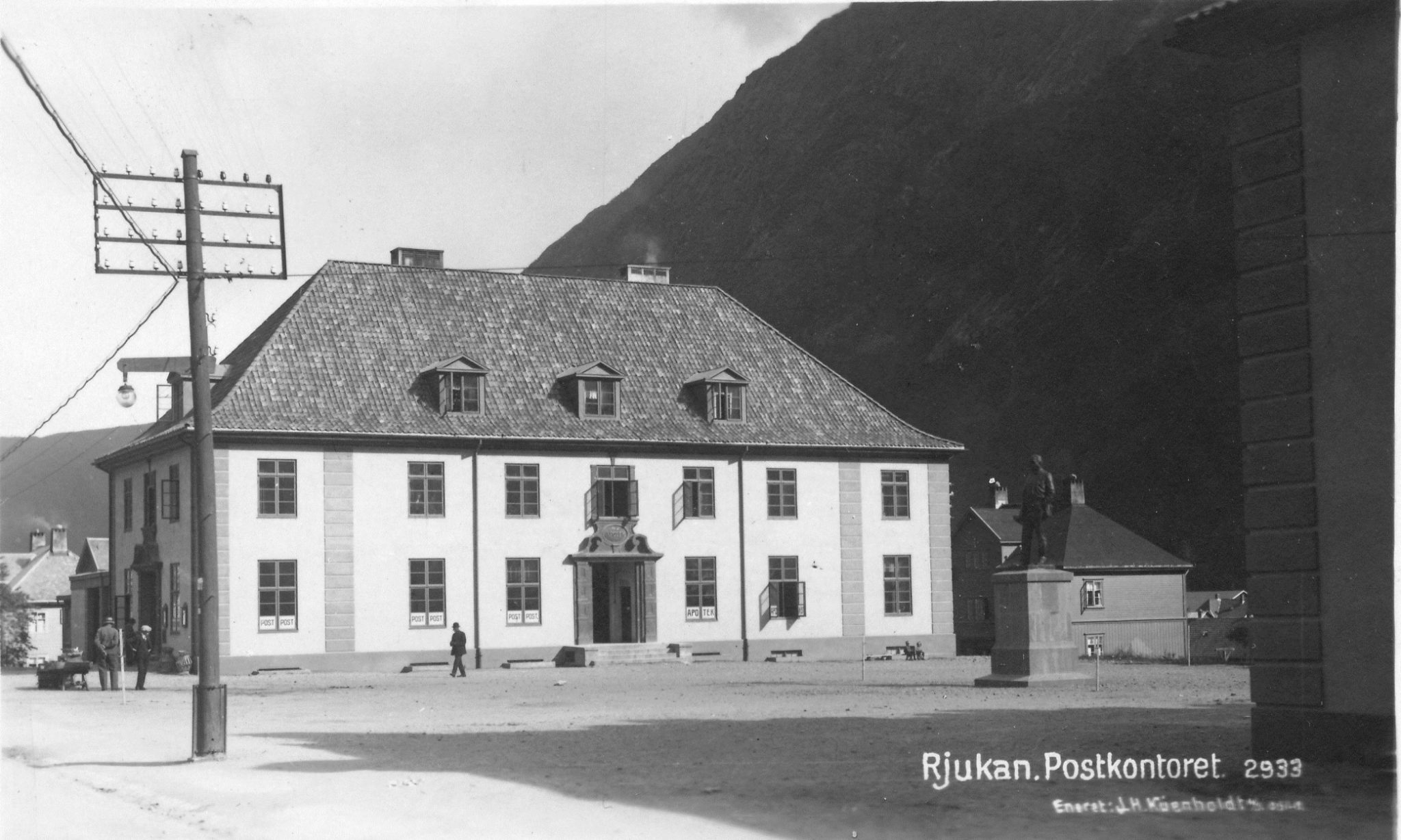 Torget 2 der posten, apoteket og telegrafen holdt til i mange år. I dag huser bygget VisitRjukan, Sørvistorget med andre kommunale kontor.
